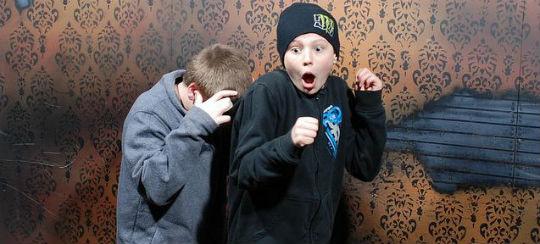 Foto van doodsbange mensen in het Haunted House