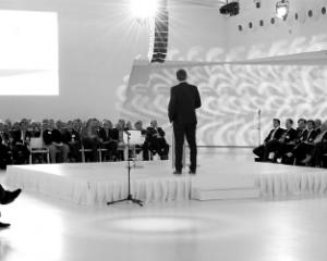 Spreker houdt lezing voor een publiek
