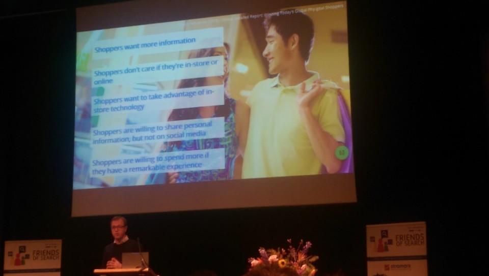 Sfeer foto van Google spreker James van Thiel op het podium tijdens Friends of Search