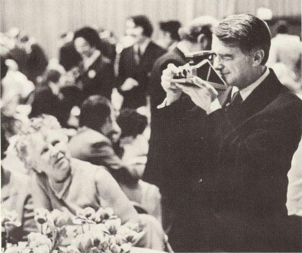 Edwin H. Land in actie met de beroemde SX70-camera.