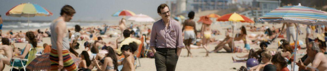 Scene uit de film Her: man op strand.