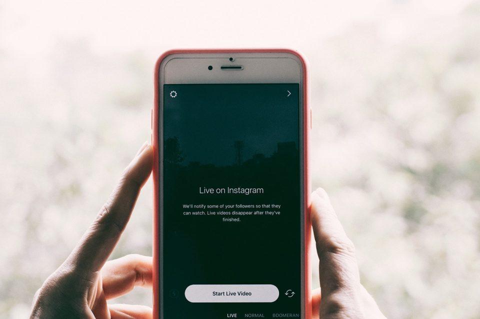 Screenshot van een mobiel waarop een live Instagram story van start gaat