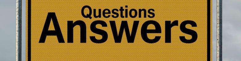 Geel bord met de tekst: questions answers