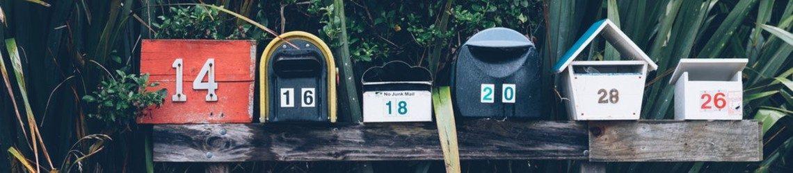 Zes mailboxen op een rij