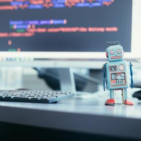 Vierkant plaatje van een robot naast een computer